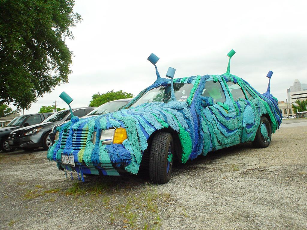 Blue and green car. Une art car de Louis Perrin