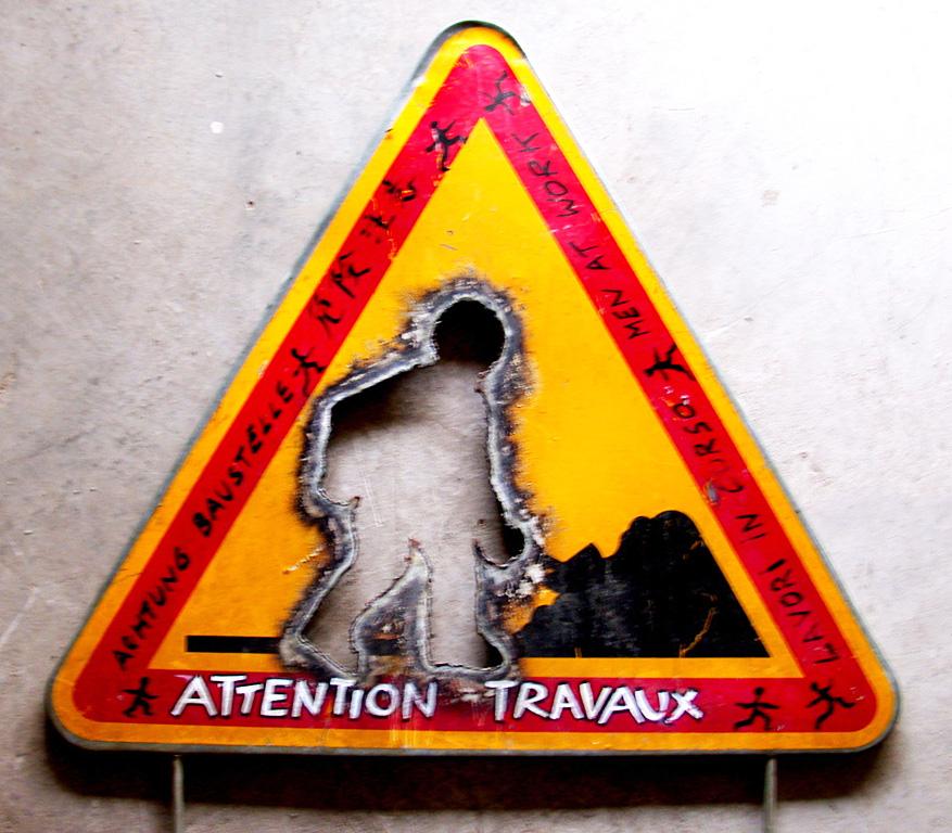 Attention travaux, panneau. Une installation de Louis Perrin