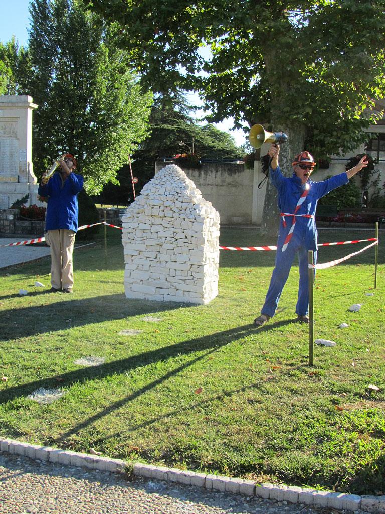 Monument aux vivants. Une installation-performance de Louis Perrin