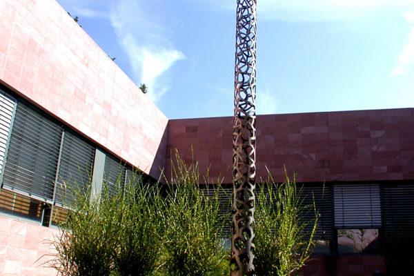 Colonne. Une sculpture de Louis Perrin